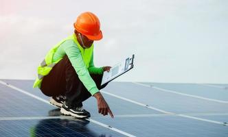 engenheiros de células solares fazem o trabalho árduo. trabalhando em energia alternativa energia solar foto