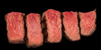 pedaços suculentos de isolado de carne pouco torrado. bife de lombo suculento isolado. corte o bife em 5 peças. foto