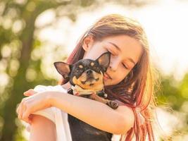 adolescente com um cachorro chihuahua no parque. retrato de uma jovem, com seu chihuahua. foto