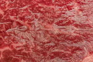 processo de cozimento de bife. a carne. um pedaço de carne crua. foto