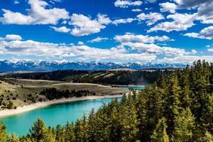 rio de cabeça plana que leva à barragem de kerr. polson, montana, estados unidos foto
