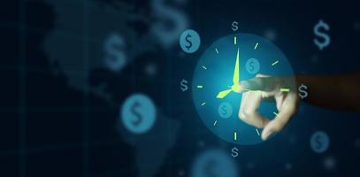 mão do empresário apontando para o conceito de relógio e sinal de dinheiro foto