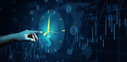 mão de empresário apontando relógio e sinal de dinheiro ou ícone em fundo azul profundo foto
