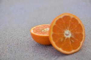 laranja está no fundo da vista do mar da praia, conceito de férias de verão foto
