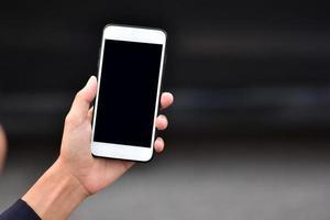 empresários segurando um telefone celular ou comunicação de tecnologia de smartphone foto