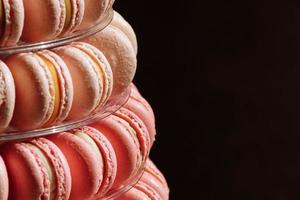 pirâmide doce dos franceses macarons ou macaroon para o aniversário, evento ou casamento em fundo preto. foco seletivo. copie o espaço. foto