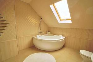 WC e casa de banho com chuveiro de efeito chuva. Quarto de hotel luxuoso foto