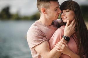amoroso jovem casal beijando e abraçando ao ar livre. amor e ternura, namoro, romance, família, conceito de aniversário. foto