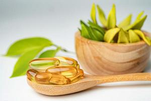 medicina alternativa cápsula orgânica à base de plantas com vitamina e óleo de peixe ômega 3, mineral, droga com suplementos naturais de folhas de ervas para uma vida saudável e boa. foto