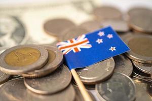 pilha de moedas com a bandeira da Austrália em fundo branco. foto
