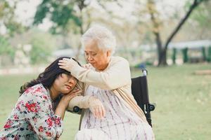 ajuda e cuidado paciente asiático sênior ou idosa senhora sentada na cadeira de rodas no parque na enfermaria do hospital de enfermagem, conceito médico forte saudável. foto