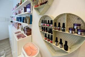 seção de cosméticos com esmalte de unha, creme facial, condicionadores, xampu e tratamento de cabelo foto