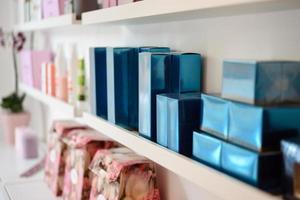 seção de cosméticos com creme facial em salão de beleza foto