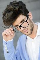 cara alegre e moderno com óculos pretos foto