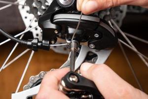 ajuste de mudança de marcha em uma bicicleta com um hexágono foto