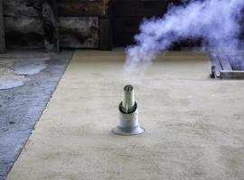 saída de fumaça de chaminé industrial foto