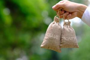 economizando dinheiro e conceito de crescimento de negócios, conceito de finanças e investimento foto