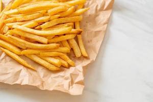 um prato de batatas fritas foto