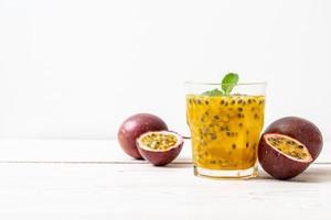 suco de maracujá fresco e gelado - bebida saudável foto