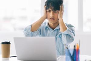empregado do sexo masculino sentindo a pressão de seu trabalho foto