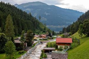 aldeia no vale alpino perto do rio. Áustria foto