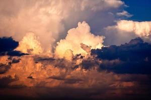 cloudscape dramático no crepúsculo com o nascer do sol do sol. foto