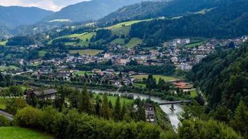 vista aérea da vila de werfen na Áustria, famosa pelo castelo hohenwerfen e pela caverna de gelo eisriesenwelt. foto