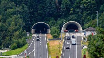 bela vista das montanhas e entrada do túnel da autobahn perto da vila de werfen, Áustria foto
