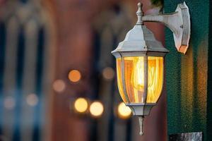 lanternas medievais com ramos de abeto no mercado de Natal. riga, letvia foto