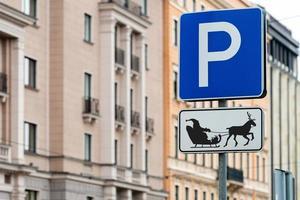 uma placa de estacionamento para a rena e o trenó, ano novo - conceito de natal - imagem foto
