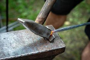 forja, ferreiros trabalham com hummer, metal quente - imagem foto
