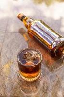 licor em garrafas de vidro e licor conceito de bebida alcoólica foto