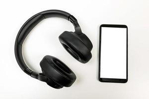 fones de ouvido com tecnologia bluetooth em fundo branco foto