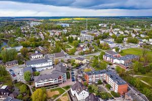 vista de cima da cidade dobele, edifícios do centro da cidade, ruas e parques, letônia foto