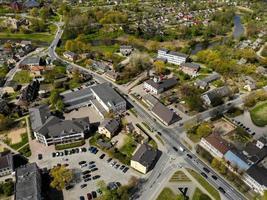 cidade dobele, edifícios no centro da cidade, ruas e parques na letónia foto