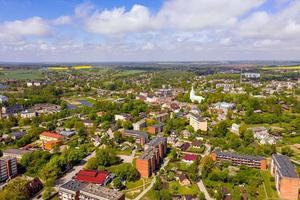 cidade dobele, edifícios industriais e residenciais, letônia foto