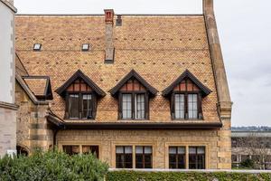 casa tradicional com telhado de telha na cidade velha de genebra, suíça foto