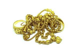 joias de ouro em fundo preto branco foto