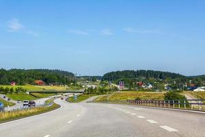 dirigindo pela Suécia com vista das montanhas e da aldeia. foto