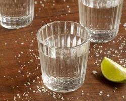 a deliciosa variedade de bebidas alcoólicas de mezcal foto