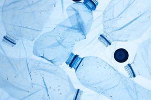 o arranjo de objetos de plástico descartados foto