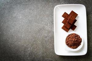 chocolate fresco e macio com cacau em pó foto