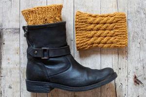 bota de couro preta e aquecedores de pernas de madeira foto