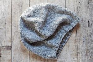 gorro de lã cinza tricotado foto