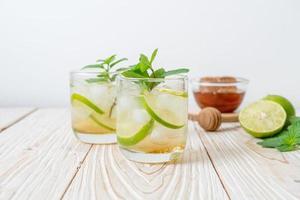 mel gelado e refrigerante de lima com hortelã - bebida refrescante foto