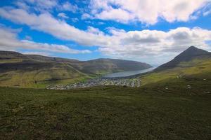 panorama e cenário de klaksvik, a segunda maior cidade das ilhas faroe foto