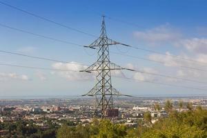 linhas de energia durante um belo pôr do sol. transporte de eletricidade em belas paisagens do mundo. foto