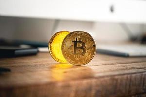 moedas criptográficas em fundo dourado foto