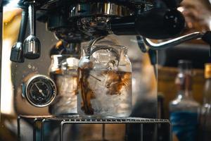 café fazer café na máquina de casa, café na xícara foto