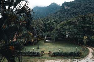 montanhas e aldeias na estação das chuvas foto